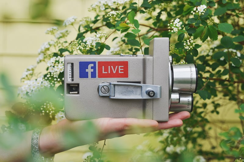 interactiune in social media facebook live